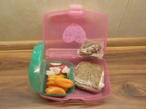 slunečnicový chléb s cottage pomazánkou, minipapriky, ředkvičky, pár cereálních polštářků