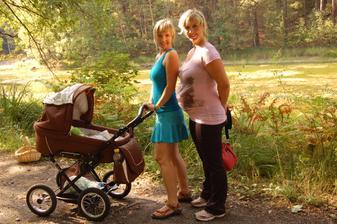 Tady jsme já, máma a teta s Kubou v břiše, teprve vyrážíme, proto ten prázdný košek :-)