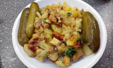 zbytky z lednice :-) brambory, tofu, sušené rajčata, rukola, sojová smetana