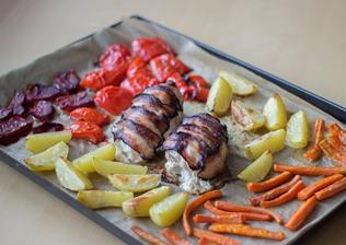 Pečená zelenina a plněná kuřecí prsa