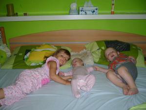 """Naše """"klidné"""" rodinné ráno - tři děti v pelechu a je po romantice :D"""