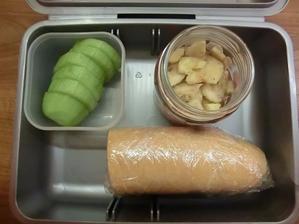 Rohlík s paštikou a pórkem, okurka, sušený banán