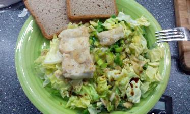 hlávkový salát s rukolou, restovaná treska, porek, česnek a kokosové mléko :-)