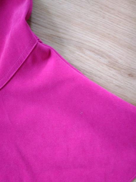 E204 - růžové šaty zajímavý střih, 104