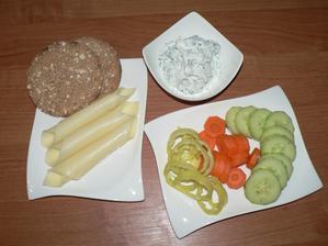 VEČEŘE: polovina tvarohu s čerstvou pažitkou, tvrdý sýr, knekebrot, zelenina