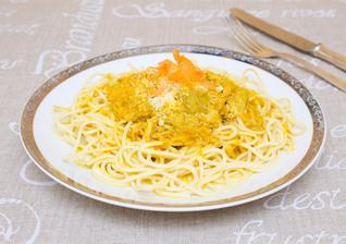 Těstoviny s kari omáčkou, mrkví a kuřecím masem