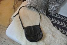 Černá kožená malá kabelka,
