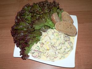 VEČEŘE: ředkvičkový salát (ředkvičky, vajíčka, jogurt, pažitka), kousek bagetky, salát