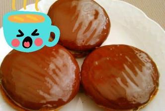 Medové kolieska naplnené a poliate čokoládou 😉, vyšlo mi 60 kusov (120)