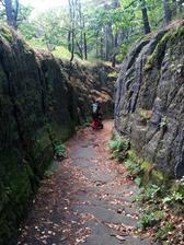 No, a tady jedem s taťkou skalním kaňonem, ještě že máme takový terénní kočár :-)