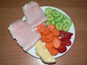 VEČEŘE: knekebrot, trocha žervé, zbytek sýra 30%, zelenina