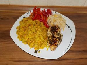 OBĚD: kuřecí prso naložené v čerstvých bylinkách, kari rýže (s kukuřicí a pórkem), paprika, mungo klíčky