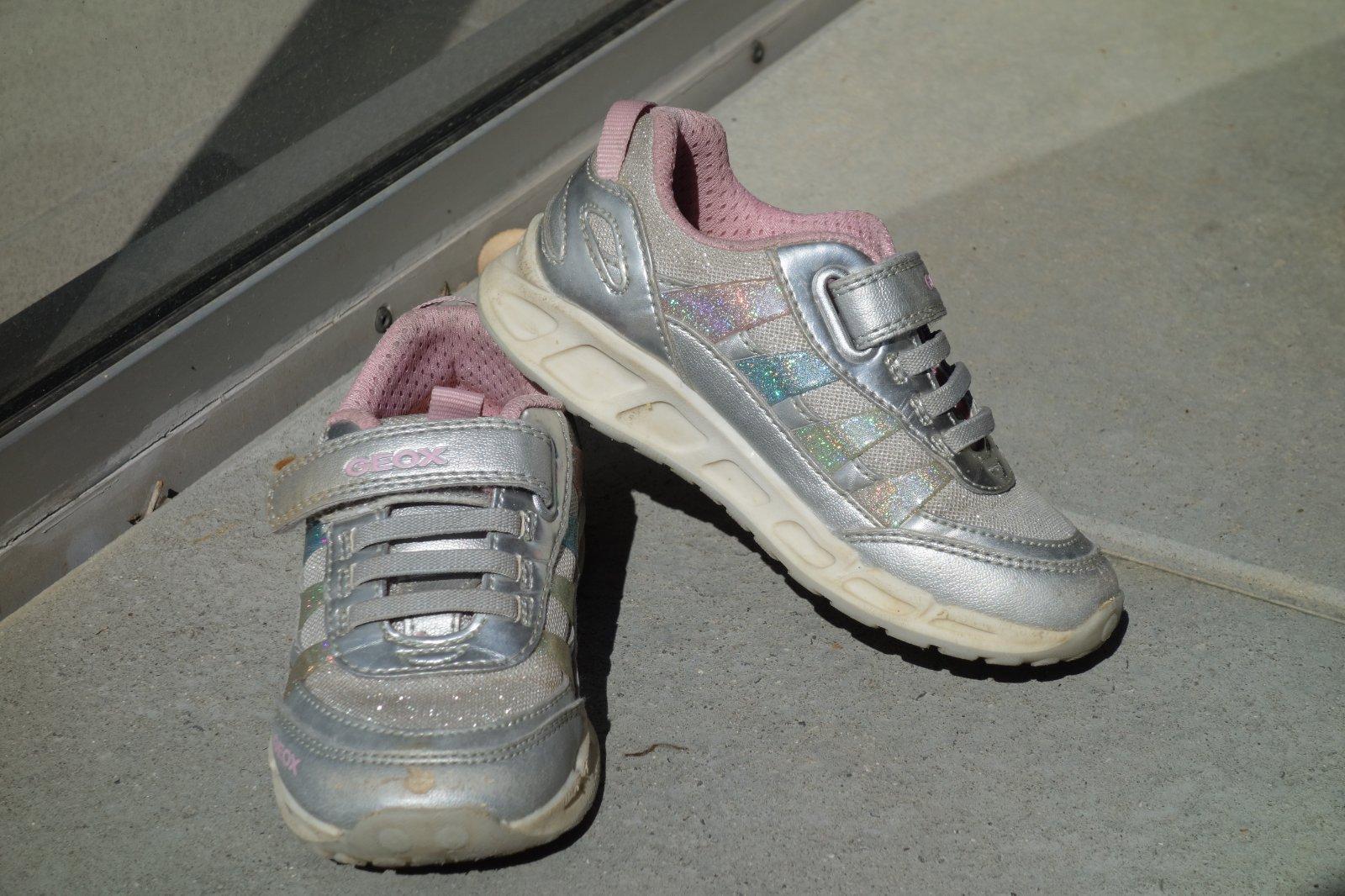 9dab0d3b823 Svítící boty geox 26