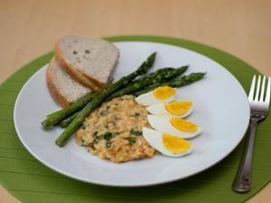 Červená čočka se špenátem, chřest, vejce, domácí chléb