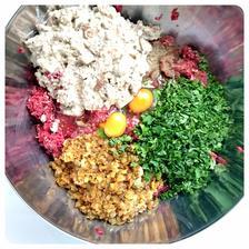 Pridáme opraženú a vychladnutú cibuľku s cesnakom a bylinkami, petržlenovú vňať, rascovú soľ (celá rasca podrvená v mažiari so soľou), mleté korenie, v mlieku nasiaknutý a vymačkaný kus chleba (kváskový ražný, špaldový,...), vajíčka.
