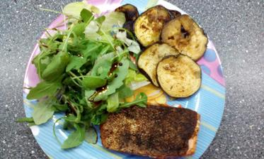 grilovaný pstruh lososovitý s gril.lilkem a zel.salátkem :-)