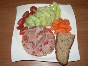 VEČEŘE: šunkový aspik, kousek domácího špaldového chleba, zelenina