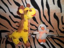 Žirafa a kuřátko,