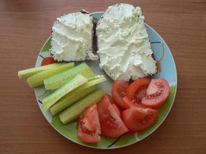 SNÍDANĚ: domácí celozrnný slunečnicový chléb, nadýchané gervais, zelenina