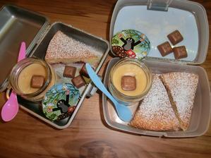 Jogurtový koláč s jahodami, pudink coffe latte a čokoládičky za to vysvědčení :-)
