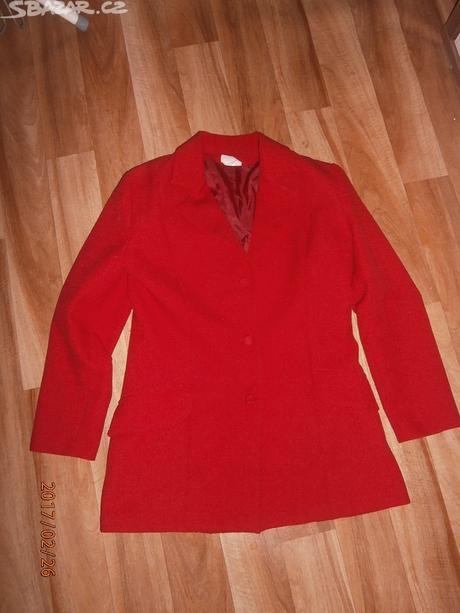 Červený kostýmek, 38