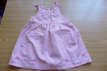 Růžové šaty s výšivkou, 68
