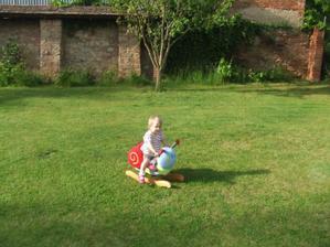 Milusky Sarlotka na zahrade na sneku