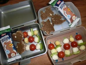 Mozzarella kuličky, cherry rajčátka, kuličky uzeného sýra, paprika, chléb Darken s gervais, mléčný řez