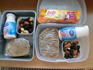 Pětizrnný chléb s domácími povidly, jogurtový nápoj, směs sušeného ovoce a ořechů. Bebe