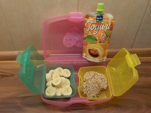 jogurt do ruky, domácí tahini-sezamové sušenky, banán