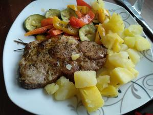 Grilovaná krkovice se zeleninou a bramborem