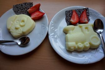 Jedna z nejoblíbenějších snídaní kluků. Vanilkový puding - uvnitř překvapení (srdíčko z čokolády) a samozřejmě jahody ze zahrádky