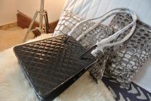 Černá lakyrková elegantní kabelka,