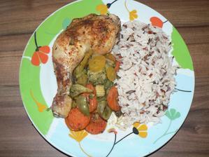 OBĚD: kuřecí stehno pečené na zelenině (zapékací mísa pouze pokapaná oliváčem a trochu podlité vodou, jinak bez tuku) a rýže tří barev