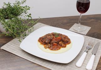 Hovězí na červeném víně s bramborovou kaší