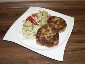 OBĚD: makrelové karbanátky (makrela+brambor+lžíce špaldové mouky+vajíčko, obaleno v kukuřičné strouhance) a zelný salát (zelí, okurka, rajče + lžíce hořčice (na celou mísu salátu))