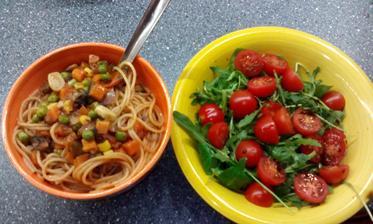salátek a špagety se zeleninou :-)