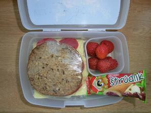 Večerní chléb, gervais, gouda, červená paprika; jahody; štrůdlík