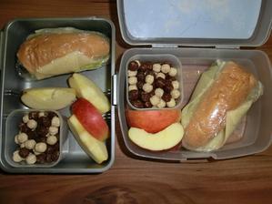 Rohlík, gervais, salát, sýr 30%, Nesquik kuličky, jablko