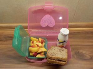 domácí chléb z červené pšenice a špaldy s vlašskými ořechy, s máslem a domácí ostružinovou marmeládou, actimel, nektarinka