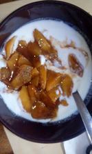 kozí jogurt s rozdušeným jablíčkem (skořice a perníkové koření, hřebíček) :-)