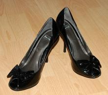 Černé boty lodičky lakované na vysokém podpadku, 39