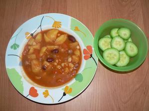 """OBĚD: něco na způsob """"bramborového guláše"""" - cibulka, brambory, 1 červená paprika, ml. paprika, směs fazolí, zahuštěno rajčatovým protlakem"""