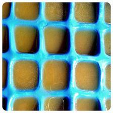 Namraziť do formičiek na ľad.