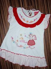 Bíločervené šaty s vyšívanou aplikací, 68