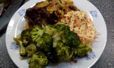 pečená krkovička s brokolicí na česneku a zel.salátkem