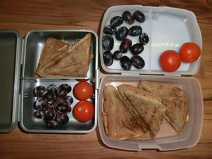 Tousty Květuška: eidam, šunka, kečup mozzarela, Honzík s nivou; hroznové víno, rajčátka
