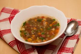 Čočková polévka se zimní zeleninou a rajčaty