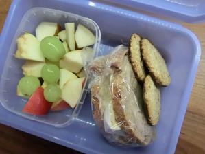 Dřevorubecký chléb, máslo, hermelín, emco sušenky kokosové, jablko, hruška, hroznové víno