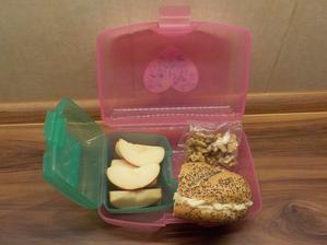 polovina makové housky s vajíčkovou pomazánkou, jablíčko, ořechy